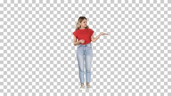 Thumbnail for Schöne Frau Moderatorin zeigt imaginäre Bilder von ihr
