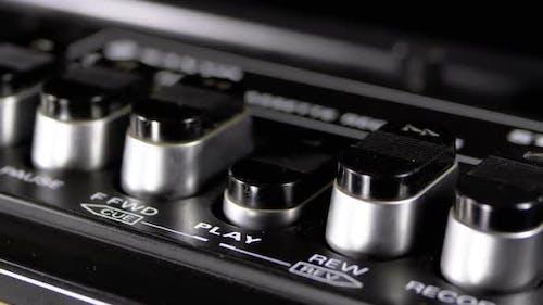 Drücken von Tasten auf einem Tonbandgerät