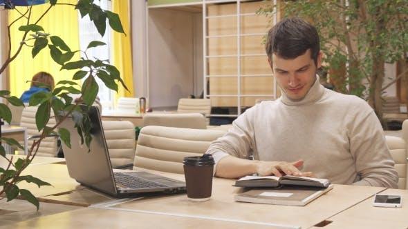 Thumbnail for Man liest das Buch am Working Hub