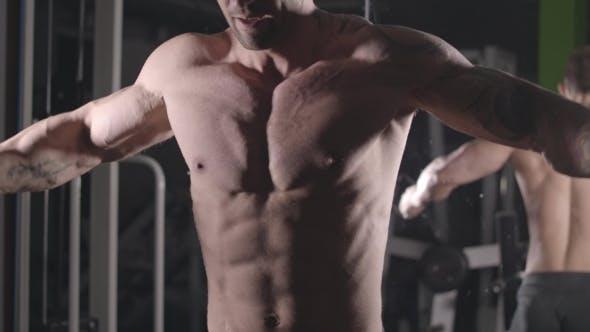 Bodybuilder trainiert die Truhe