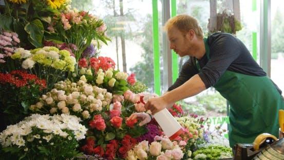 Thumbnail for Mann, der im Blumenladen arbeitet