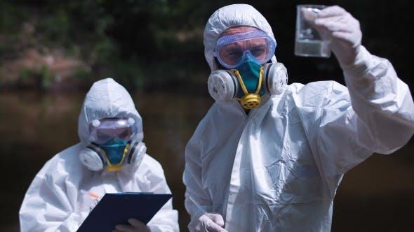 Thumbnail for Zwei ökologische Arbeiter in Biohazard Anzügen Testwasser