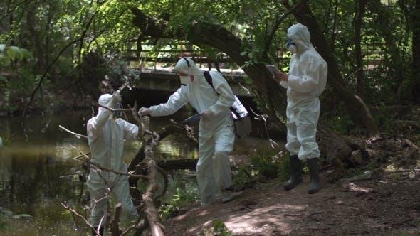 Thumbnail for Drei Biotechniker testen auf Schadstoffe
