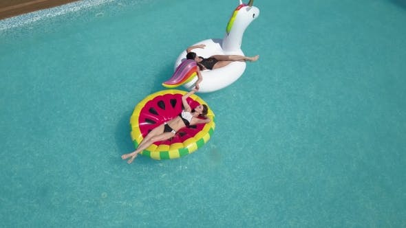 Thumbnail for Aerial - Junge Sexy Womans 20s legen und entspannt in der Nähe von Pool bei Sommerurlaub