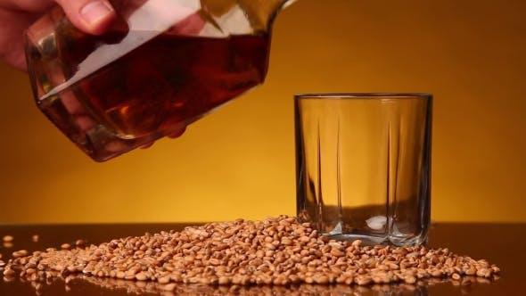 Glas gefüllt mit Whiskey