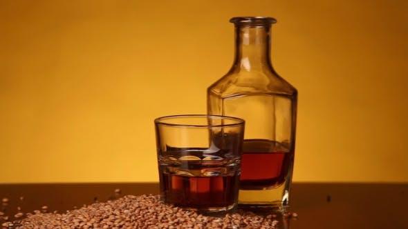 Whiskey oder Bourbon oder Skotch und Corn auf dem Tisch. Kamerabewegung von links nach rechts