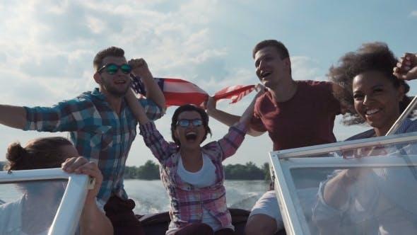 Thumbnail for Freunde feiern auf dem Boot