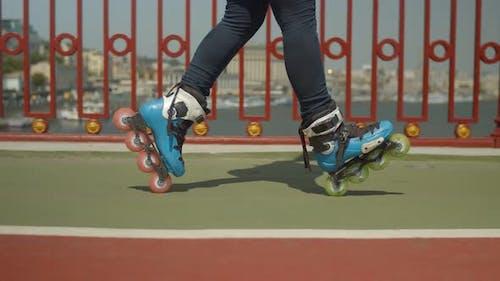 Geschickte Rollergirls Füße tun Cross-Position
