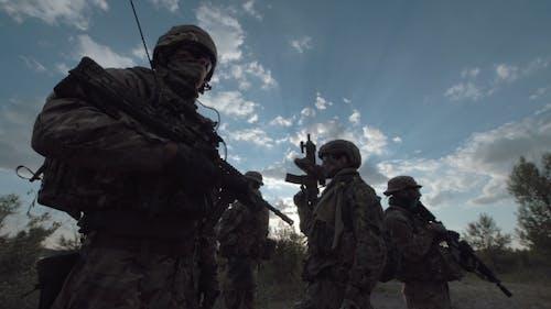 Militärtruppe in einer Reihe