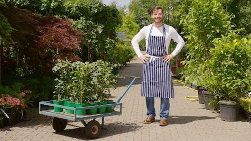 Fröhlicher Gärtner mit Wagon