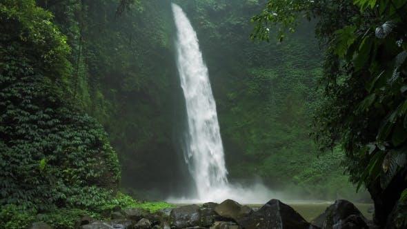 Thumbnail for Erstaunlich Nungnung Wasserfall, langsam bewegtes Fallendes Wasser trifft Wasseroberfläche, einige riesige Felsen