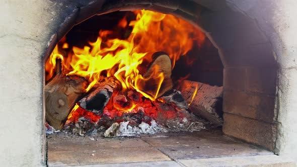 Eine leckere Pizza in einem Holzofen zum Pizzabacken kochen