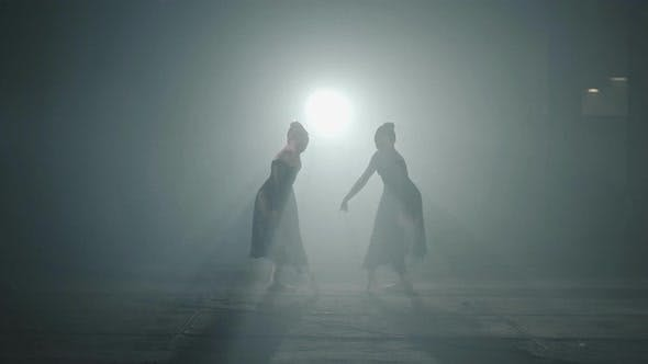 Thumbnail for Zwei anmutige professionelle Ballerinas Tanzelemente des Klassisch Balletts im Dunkeln
