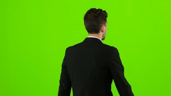 Thumbnail for Der Mann geht zu einem Geschäftstreffen und winkt Grüße. Grüner Bildschirm