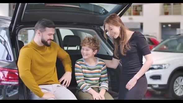Thumbnail for Junge kaukasische Vater und Mutter lächelnd und umarmt ihren Sohn