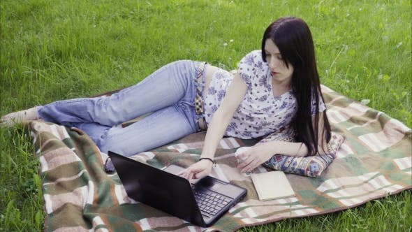 Thumbnail for Frau mit Laptop in Park