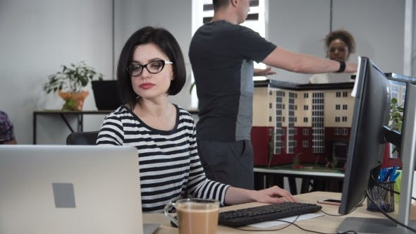 Thumbnail for Konzentrierte Frau, die an Design arbeitet