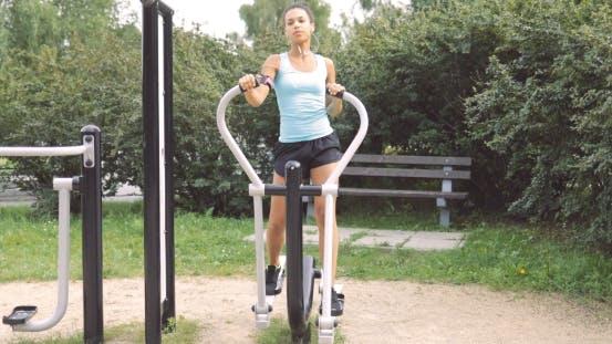 Frau Trainieren im Park