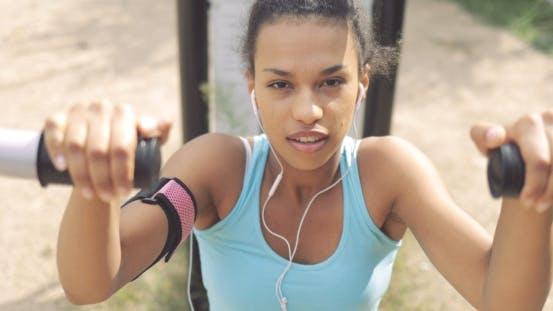 Entschlossene Sportlerin Working Out