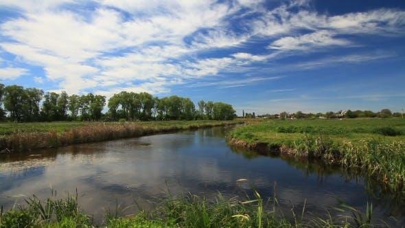 Thumbnail for Wolken über dem Frühling Fluss am Nachmittag