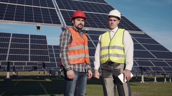 Thumbnail for Zwei Solarstrom-Engeneers suchen in der Kamera