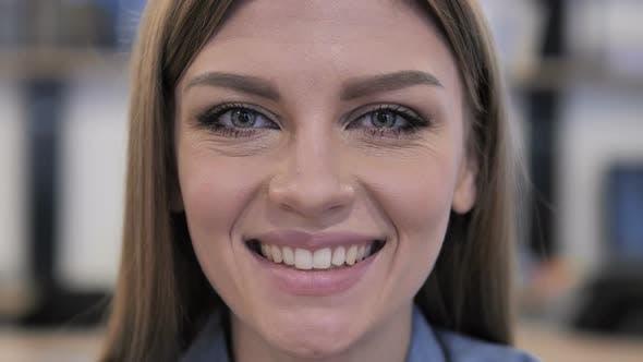 Thumbnail for Nahaufnahme von Lächeln junge Mädchen Gesicht, glücklich