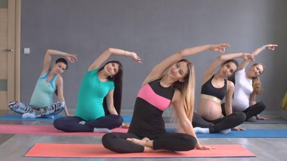 Thumbnail for Gruppe von Schwangere Frauen in Yoga engagiert. Aktive Lifestyle eines schwangeren Mädchens
