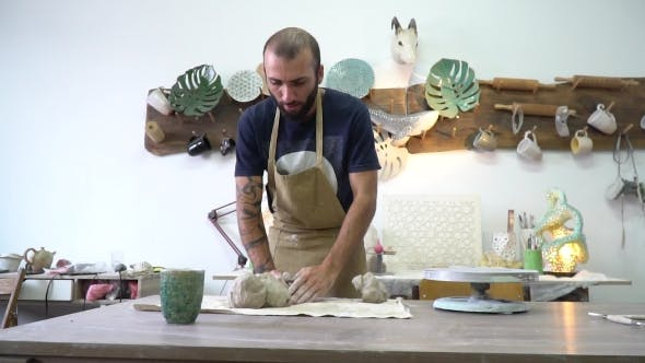 Thumbnail for Potter Knett einen Ton im Licht Stilvoller Potter Arbeitsraum