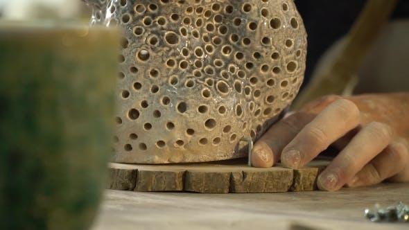 Thumbnail for Arbeiter befestigt das Produkt in der Werkstatt
