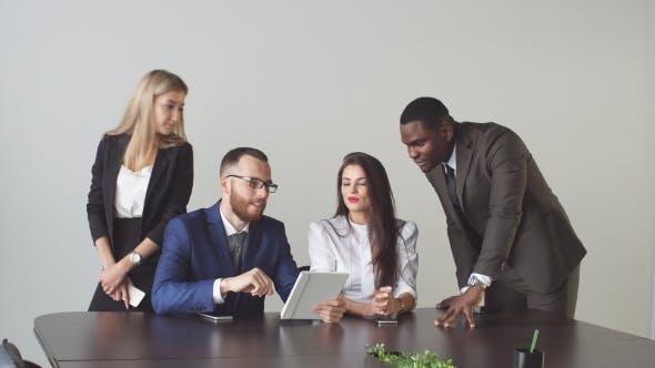 Thumbnail for Gruppe von Geschäftsleuten, die Tablet Computer während einer Besprechung verwenden