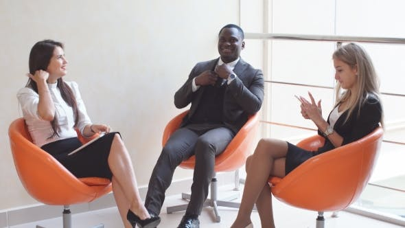 Thumbnail for Junge Leute erwarten Interviews sitzen auf Stühlen in einem Bürogebäude. das Interview für den Job.