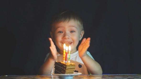 Thumbnail for Happy Adorable Kid feiert seinen Geburtstag.