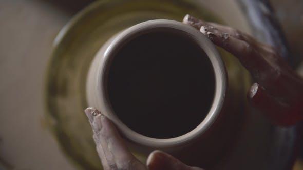 Thumbnail for Top View Hände Erstellen eines Glases auf dem Kreis