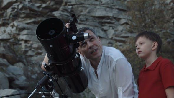 Thumbnail for Vater mit Sohn Teleskop
