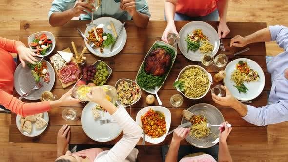 Thumbnail for Gruppe von Menschen Essen am Tisch mit Essen