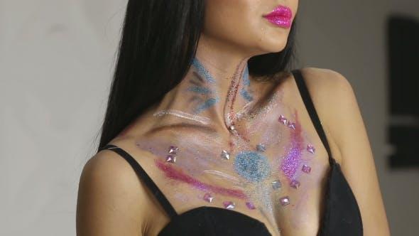 Thumbnail for Fashion Make-up Frau mit bunten Make-up und Body Art