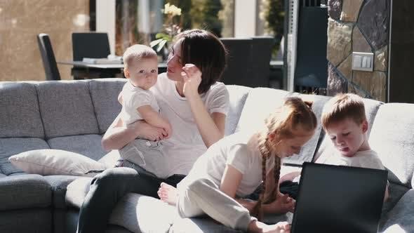 Thumbnail for Mutter mit Kindern bleiben in Quarantäne zu Hause