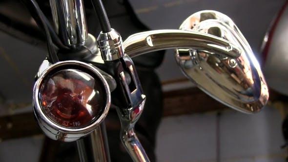 Roter Scheinwerfer auf einem Motorrad