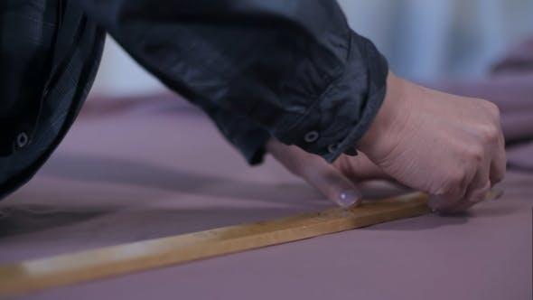 Thumbnail for Schneiderhände arbeiten mit Maßstab