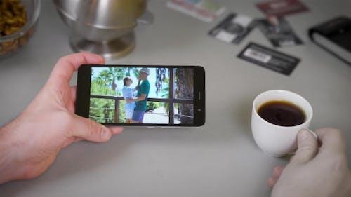 Mann sieht ein Video aus einem Sommerurlaub