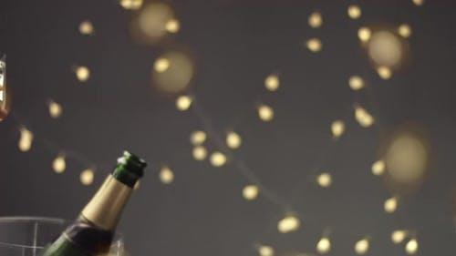 Paar Toasting mit Gläsern Champagner