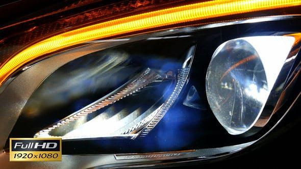 LED-Scheinwerfer eines Autos Glänzend