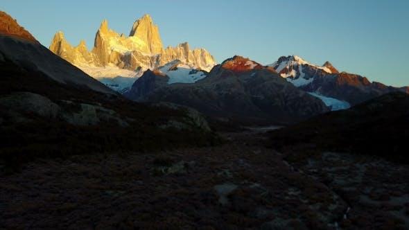 Thumbnail for Blick auf den Berg Fitz Roy aus der Luft. Herbst-Morgenröte. Patagonien, Argentinien