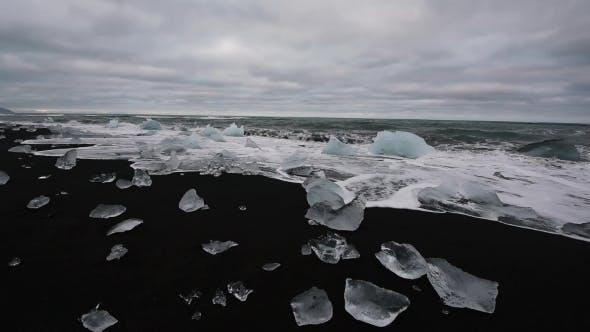 Cover Image for Iceberg Pieces on Diamond Beach