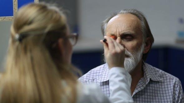 Thumbnail for Arzt Prüfen Augen Symptomatologie mit Taschenlampe