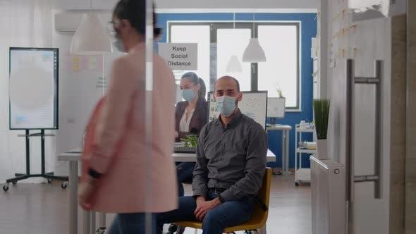 Porträt eines Unternehmers mit Schutzmaske gegen Coronavirus-Pandemie