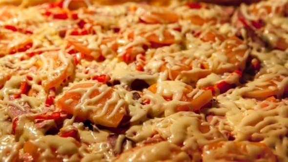 Steigende Pizza im Ofen. Hausgemachtes Bä