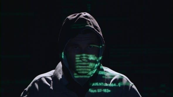 Thumbnail for Der Mann hackt eine Website, er wurde eine Waffe gegeben. Schwarzer Hintergrund