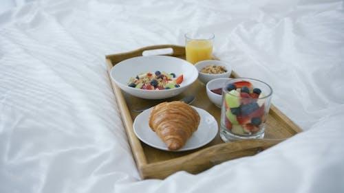 Serviert Frühstück auf Bett