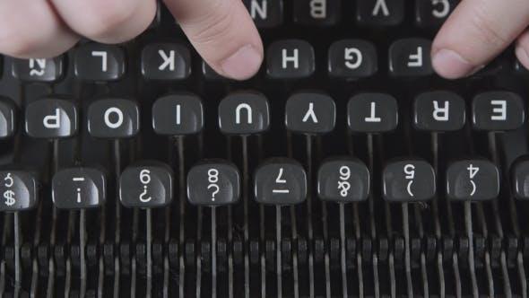 Thumbnail for Tippen Sie ein Filmskript oder ein Buch auf einem Vintage Typerwriter